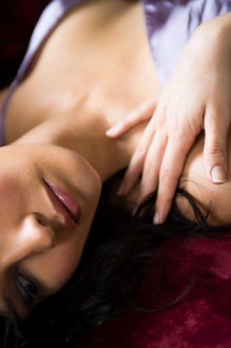 """Hayalet ağrılar  Veriler cinsel tatminsizliğin altında, boşalırken orgazm yaşanamamasının bulunduğunu gösteriyor. Son yıllarda kulağımıza çalman hayalet orgazm da, cinsel tatminsizlikle bağlantılı.  Hayalet orgazmın ne olduğunu anlamak için, önce """"hayalet ağrı""""nın ne olduğunu bilmek gerek. Hayalet ağrı, bir uzvunu kaybetmiş İnsanlarda da, dışarıdan tamamen sağlıklı duran kişilerde de görülebiliyor."""